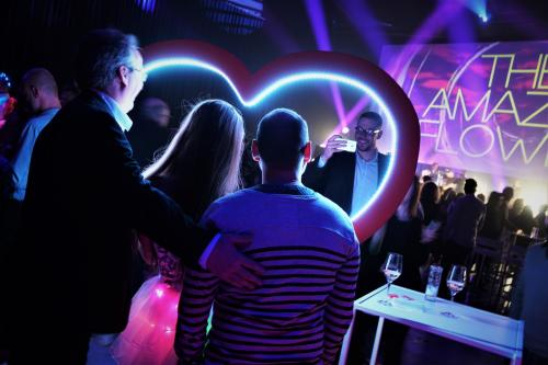 Foto actie, eventfotografie, foto act, LED entertainment, unieke fotoframes met LED verlichting, Liefde fotoframe, Valentijns act, Cupido foto moment
