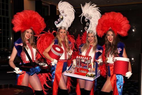 Casino Las Vegas Girls in USA themakostuums met LED omgeven speltafels. Interactieve mobiele spellen, American Style, LED entertainment, quizmasters, Mobiel entertainment, Showgirls, Interactieve act.