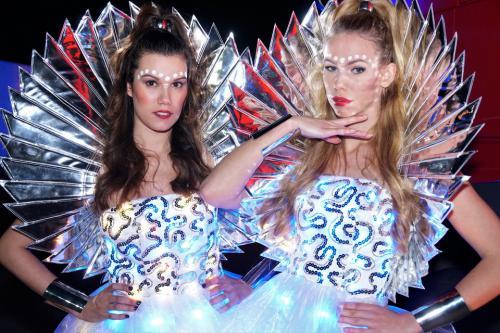 dans act, disco, mirror girls, mirror dancing, Led dansact, led outfit, dancing girls