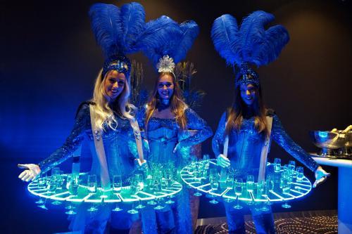 Ontvangstdames, entree hostess, champagnedames, levende LED-tafels, Champagnebar, LED-Champagnetafel, entertainment, Muziekdames, theatraal ontvangst, chique welkomstdames, casino night, casino entertainement, music symphony entertainmentOntvangstdames, e