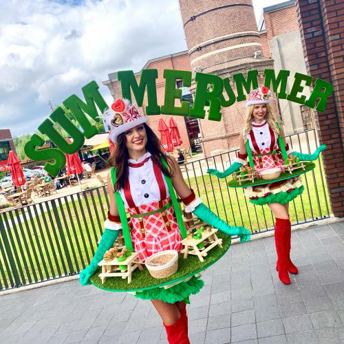 Catering act, summer candy girl, candy dames inhuren, zomer act, winkelcentrum en event entertainment, creatief, uniek, kwaliteit, straattheater, walking table