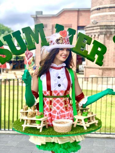 Catering act, summer candy girl, candy dames inhuren, zomer act, winkelcentrum en event entertainment, creatief, uniek, kwaliteit, straattheater, walking table