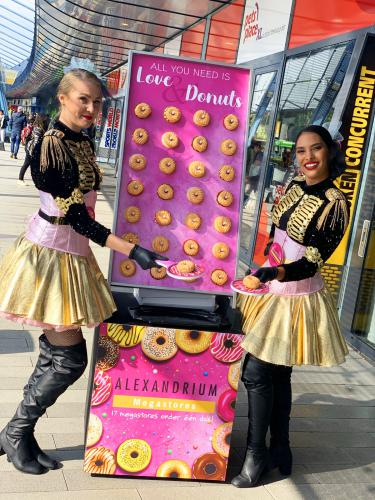 Donut wall, wand van donuts, candy girls, candygirl, uitdeelactie, actie, promotie, winkelcentrumpromotie, woonmall, entertainment, mobiel entertainment