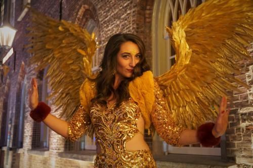 Gold Girl, Gold Angel, Gold Theme, kerstengel, kerstvrouw, kerst vrouw, gouden promotiedame, Gouden Engel, James Bond Girl, Masquerade ball, Masquerade dame, Casino Angel, Lucky Angel, Kerst Engel.