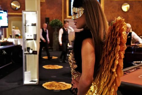 Gold Girl, Gold Angel, Gold Theme, gouden promotiedame, Gouden Engel, James Bond Girl, Masquerade ball, Masquerade dame, Casino Angel, Lucky Angel, Kerst Engel.