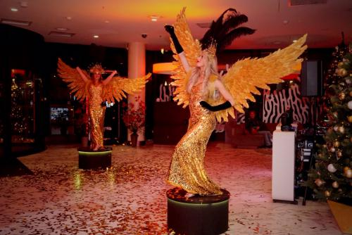 Gold Girl, Gold Angel, Gold Theme, Victoria Secret, kerstvrouw, kerst vrouw, Gouden Engel, James Bond Girl, Masquerade ball, Welkomst act, Casino Angel, Event entertainment, Kerst Engel.