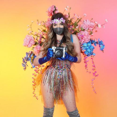 Polaroid fotografie, Polaroid promotie, Thema foto act, actie, polaroid meisjes, mobiele uitdeel act, give-away, uitdeel promotie, uitdelen, actie, 1,5meter entertainment, coronaproof, afstands act, veilig mobiel entertainment, straattheater, corona 1,5m