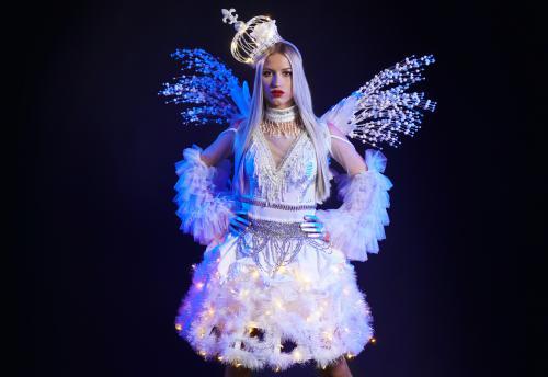 Winterse ijskoningin, Winter Wonderland, Verlicht kostuum, Glow, White events, kerst entertainment, Snow angel, White event entertainment, white act.