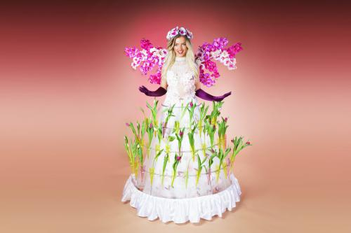 Bloemendame, flower lady, zaal entertainment, event entertainment, bloemen uitdelen,