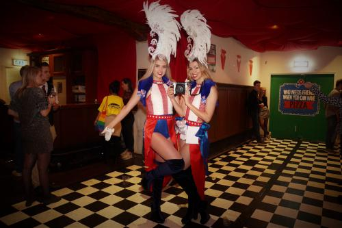 American Showgirl als Polaroid Meisjes tijdens Casino Las Vegas night. Foto entertainment, Polaroid act, Thematisch.