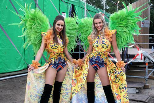 Drakenboot festival met Freestyle danseressen in orientaals getint themakostuum