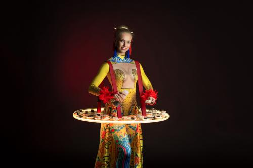 Sushi dame, Seafood, Oriental, Culinair entertainment, Catering act met unieke verlichte tafels / dienbladen.
