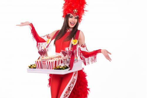 rollergirls, rolschaatsen, dansen, zoet, disco, funky, enthousiaste dames, glimlachende ontmoetingen, candytray, snoepgoed