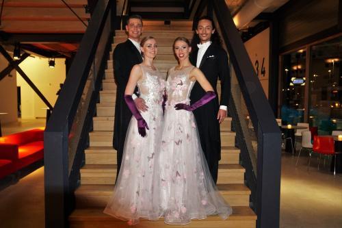 Klassieke danskoppels in custommade Avond kledij verzorgd door Themadames entertainment, Theater act, Openingsact, Klassieke dans, Exclusive Ball, Ball Masque, Maatkleding, Dansers, Themadames