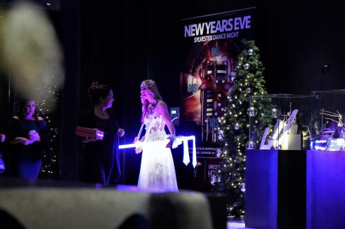 Levende LED tafel in combinatie met de Cherry Blossom Girl avondjurk als entree act bij Van der Valk Tiel. Wedding, Wedding entertainment, Gastenontvangst met LED tafel en customized chocolade.