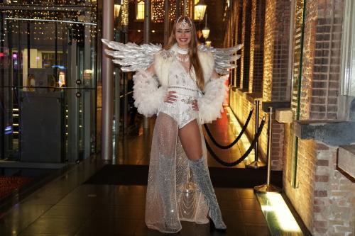 Silver event promotie met elegante hostess als Silver Angel. Kerstengel, Promotie, Entertainment, act huren. Gastenontvangst.