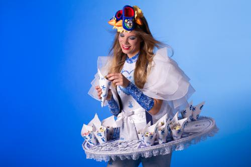 Delfts Blauwe Dame, Delftse Dame, Hollandse Snoepjes Dame, Dutch Sweets, Delft Blue, Theaterkostuum, Event Entertainment, festival outfit, Candy Girl, Kaasdame, Hollandse Hapjesdame, Dutch catering, Dutch Promotion