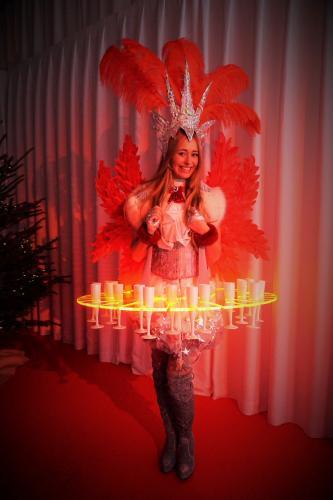 Privat event met de luxe Champagne Schenker van Themadames in Silver Starlady thema met rode accenten om aan te sluiten bij de algehele entourage. Champagne Schenker, LED Display, Culinair Entertainment, Catering act, Silver event, Promotiedames, Prosecco