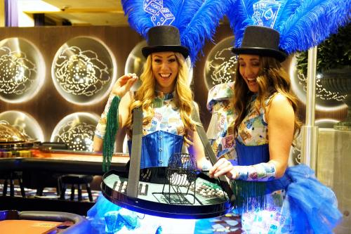 Casino Las Vegas Girls met LED omgeven speltafel voor Bingo spelen. LED girls, LED entertainment, quizmasters, Mobiel entertainment, Money kostuums, Showgirls, Interactieve act.