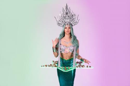 Zeemeermin act als Chocolate Girl met zeebanket chocolade op LED zeester tafel. Food entertainment, zeemeerminnen hostess, animatie, LED food display, Mermaid, Schelpen kostuum, Custom creatie