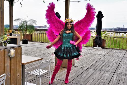 Zomerse ontvangst dame tijdens een privat event te Gent met het thema 'Summer Ridge Festival'. Zomer fee, Hostess, Fantasy kostuum, Themadames.