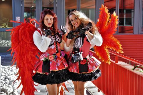 Polaroid act tijdens Valentijnsdag met Polaroid dames in het Sweet roses kostuum met cupido engelen vleugels. Actie voor Global Airlines. Liefdes engelen, Valentijns promotie, Fotomarketing.