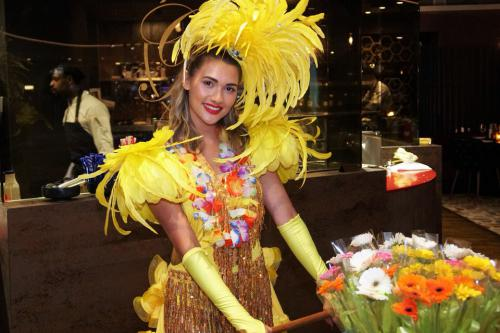 flowerlady, bloemendame, bloemenkar, give away, thema feest, themakostuum