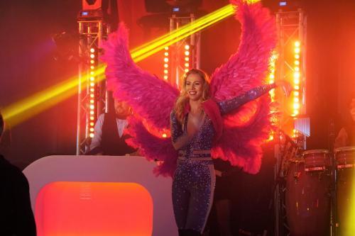Melkweg Danseressen tijdens Privat Event party met de grote fantasy engelenvleugels. Freestyle danseres, GOGO danseres, entertainment.