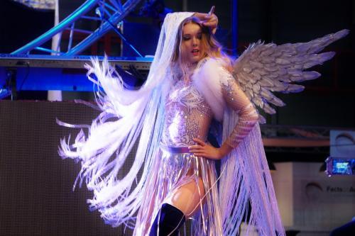 Winterse danseressen met openingsact bij netwerk event. Danseressen, kerst engel, kerst entertainment, kerstengel.