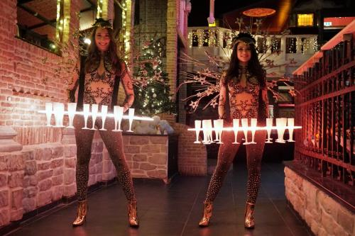 Eindejaars event met de luxe Champagne Schenkers van Themadames in Gold Girl outfit. Champagne Schenker, LED Display, Culinair Entertainment, Catering act, Themadames, Promotiedames, Champagne Schenker, Hosting, Show Girl.