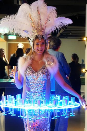 Zakelijk event met de luxe Champagne Schenker van Themadames in Winter Wonderland Snowqueen thema. Ijzige Champagne Schenker, LED Display, Culinair Entertainment, Catering act, Ijskoningin, Promotiedames, Champagnegirls, Hosting, Show Girl.