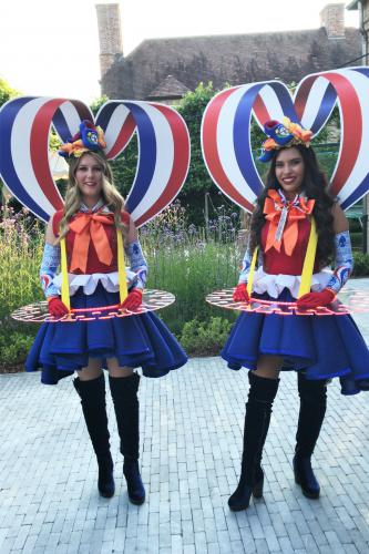 Champagne dames, Hollands, Amsterdam, welkomst entertainment, event show, catering act, food entertainment, champagne diva's