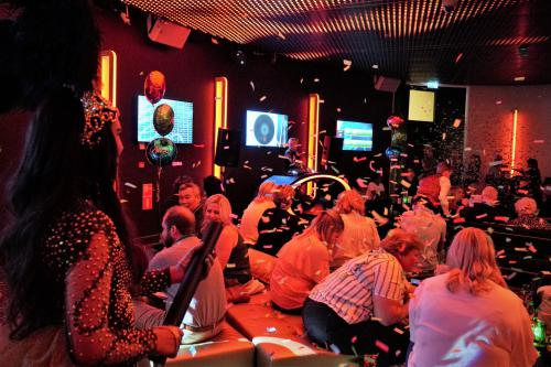 Themadames Bingo entertainment bij Holland Casino in gold styling
