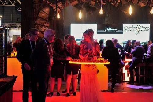 Levende LED tafel met Valentine Roses kostuum als Chocolate Girl. Cupido Engel, Valentijnsengel, Rozendame, Liefdes engel, Cupido Angel, Valentine, Luxe Valentijn promotie, Hostess, Themadames, Uitdeel actie, Welkomstact.