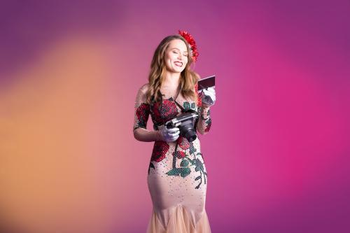 Cupido Engel met Polaroid act, Valentijnsengel, Rozendame, Liefdes engel, Cupido Angel, Valentine, Luxe Valentijn promotie, Hostess, Themadames, Fotoact, Welkomstact.