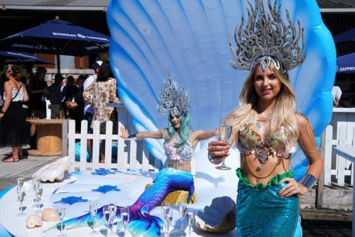 Zeemeermin in het Themadames Ocean decor ingezet als champagne bar bij summer event.