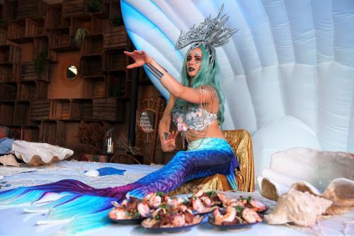 Zeemeermin in het Themadames Ocean decor ingezet als seafood bar bij summer event.