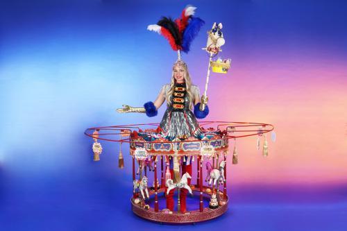 Tafeldames, rollende tafeldame, walking table, mobiele uitdeel act, give-away, uitdeel promotie, uitdelen, actie, candy, candy girl, snoep uitdelen, circus carnival entertainment, catering act, 1,5meter entertainment, coronaproof, afstands act, veilig mob