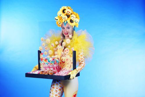 mobiele uitdeel act, give-away, uitdeel promotie, uitdelen, actie, candy, candy girl, snoep uitdelen, kids entertainment, catering act, 1,5meter entertainment, coronaproof, afstands act, veilig mobiel entertainment, straattheater, corona 1,5m