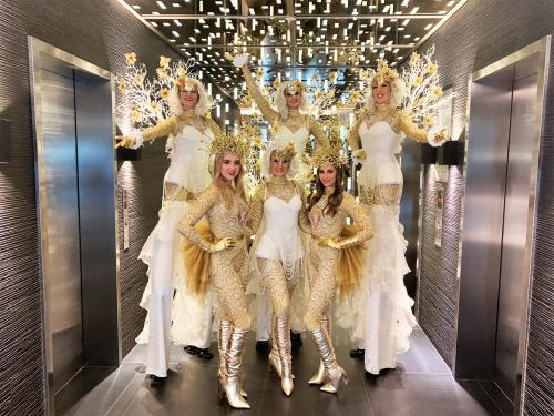 Steltenlopers, stelten act, entertainment, kerst, wedding, white event, steltenloper