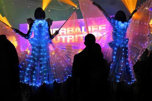 Stelten act, steltlopers, steltenlopers, straatanimatie, straattheater, stilts, stiltwalkers, welkomst act, welcoming, theater, animatie, mobiele loopact, Future, futuristic, led entertainers, glow in the dark, space, toekomst, zilver, 1,5meter entertainm