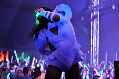 Futuristische LED danseressen als Stage entertainers op festival. Space dansshow, Openingsact, LED dansers