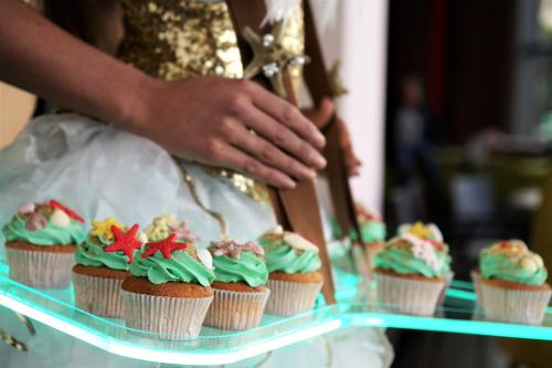 Elegenate zomerse hostess als cupcake dame met LED tafel. Food entertainment, zomerse act, Welkomst act, Gastenontvangst, Candy Girl, Candygirls, LED entertainment, Zomer hostess, Beach event, Strandkoningin