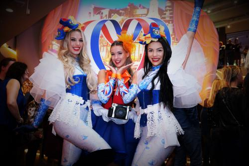 Hollandse Glorie Hapjesdames, Food entertainment, Culinair entertainment, Amazing Amsterdam Week, catering act, Hollandse dames, Themadames in klederdracht, Holland kostuum, Haringmeisjes, Hollandse meisjes, Hollandse avond, Haring Party, Kaasdame, Themaf