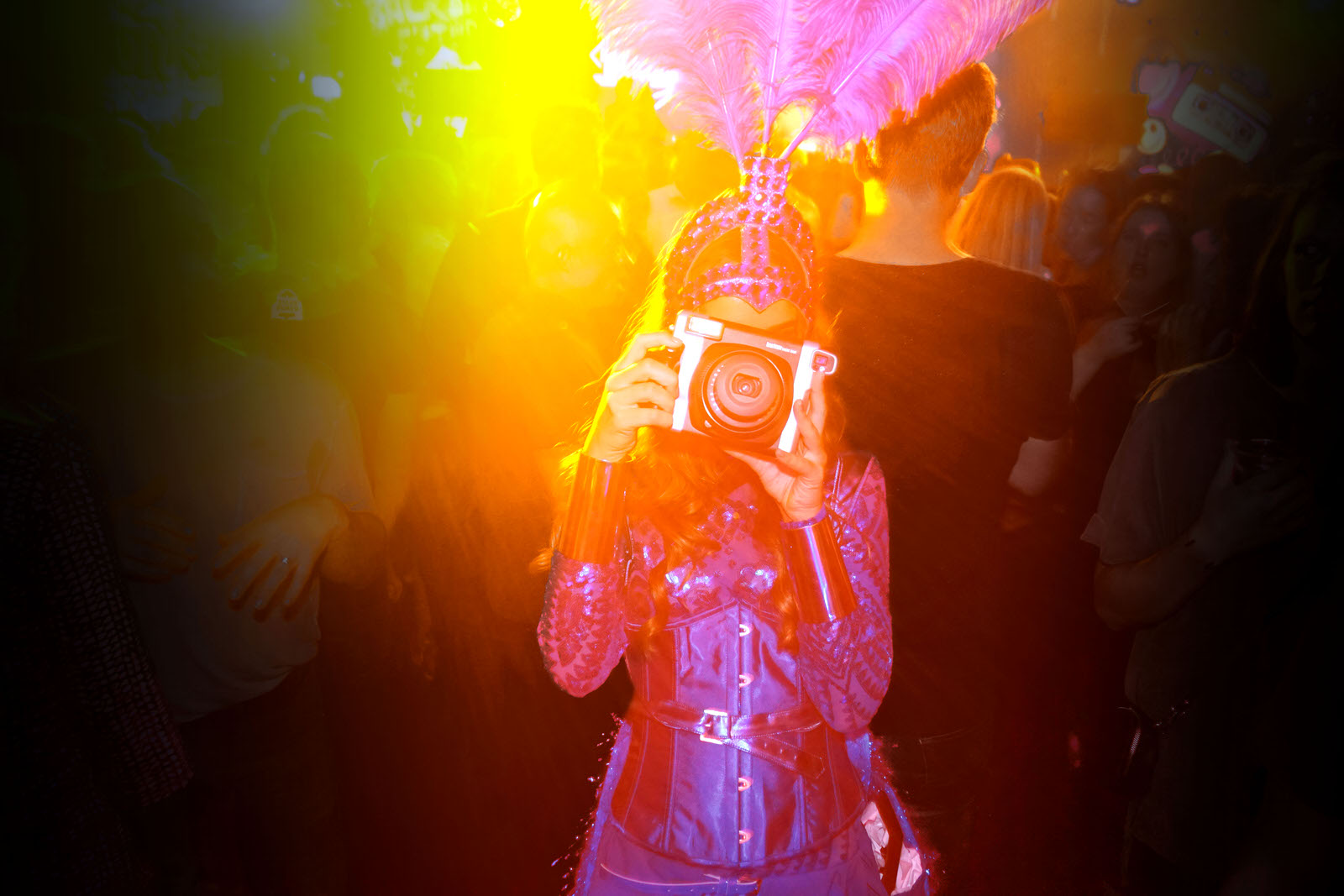 Friday Night out, Clubbing, Uitgaansleven, Polaroid foto act, polaroid foto actie, polaroid hostess, fotomarketing, polaroidmeisje, polaroidfoto, evenementen fotografie