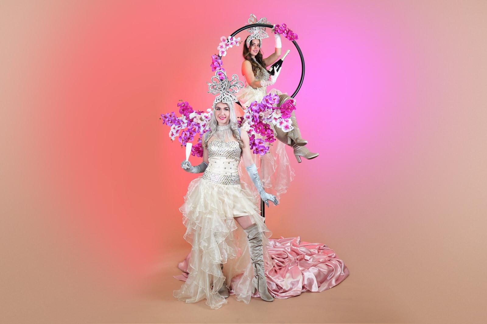 Champagne dames, aerial champagne, welkomst act, gastenontvangst, event entertainment, wedding, bruiloft