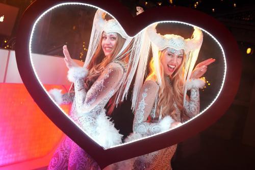 Foto marketing, LED foto act, Valentijns act, Valentijn Cupido entertainment, Glow Thema, LED foto frame, Liefdes fotoframe, Heart, Themadames entertainment,  Polaroid fotograaf, polaroid frame, Polaroid foto's