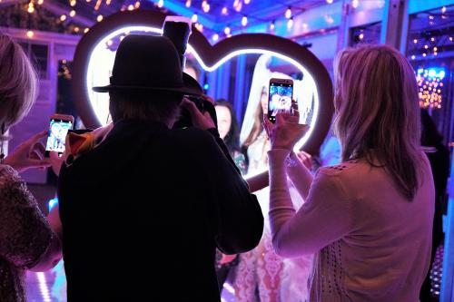 Foto marketing, LED foto act, Valentijns act, Valentijn Cupido entertainment, Glow Thema, LED foto frame, Liefdes fotoframe, Heart, Themadames entertainment,  Polaroid fotograaf, polaroid frame, Polaroid foto's.