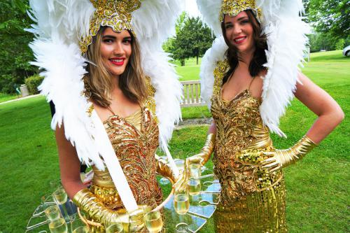 Champagne dames goud, Champagnedames, champagne schenkers, catering act, food entertainment, uitdeel act, promotie, luxe, goud, glamour table, mobiele tafels, walking tables, tafeldames, exclusief