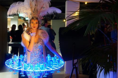 Zakelijk event met de luxe Champagne Schenker van Themadames in Winter Wonderland Snowqueen thema. Ijzige Champagne Schenker, LED Display, Culinair Entertainment, Catering act, Ijskoningin, Promotiedames, Champagnegirls, Hosting, Show Girl.